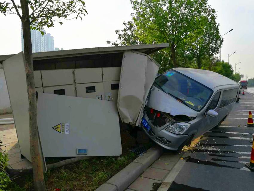 一辆面包车因司机操作失控撞坏路边一座路灯专用箱式变压器,直接导致图片